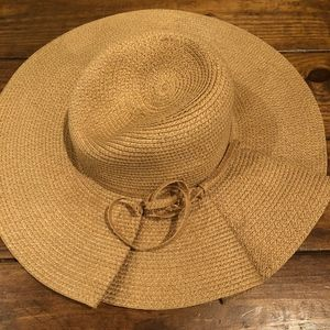 Accessories - Italian beach hat with unique ruffle detail